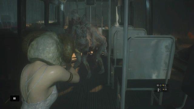 バス車内のペイルヘッド×2